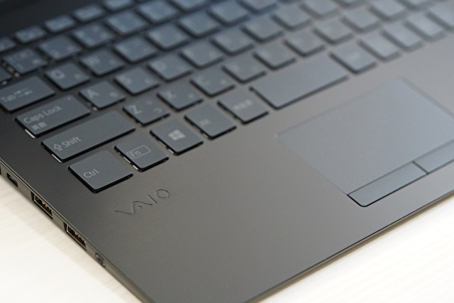 VAIOロゴ (VAIO SX14 ALL BLACK EDITION Photo No.4)